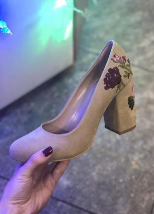 Бежевые туфли с вышивкой только 36,5 , 37,5