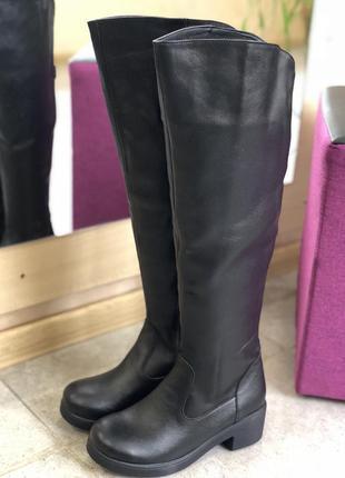 Высокие кожаные сапоги на литой подошве на узкую голень 36,37,38