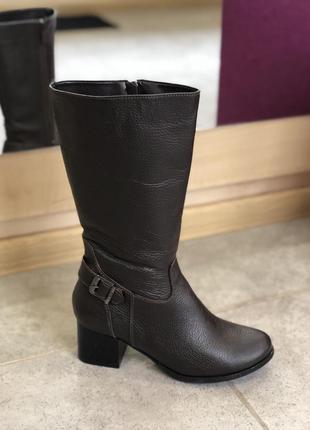 Классические зимние полусапоги на небольшом каблуке коричневог...