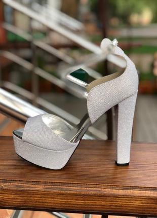 Вечерние босоножки на очень высоком и платформе каблуке серебр...