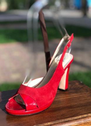Открытые красные босоножки на высоком каблуке с натурального з...
