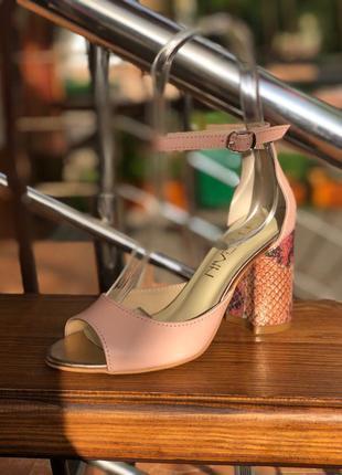 Босоножки нежного розового (пудра) цвета на устойчивом каблуке...