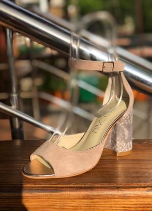 Босоножки нежного бежевого (лате) цвета на устойчивом каблуке ...