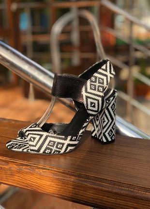 Босоножки с геометрическим принтом на высоким каблуке черно-белые