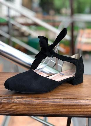 Открытые балетки на завязках (ленточках) черного цвета все раз...