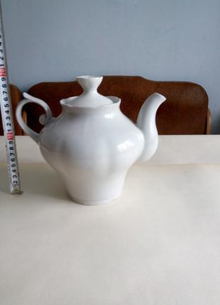 Фарфоровый чайник.