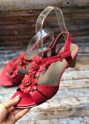 Босоножки на липучке на низком каблуке красного цвета