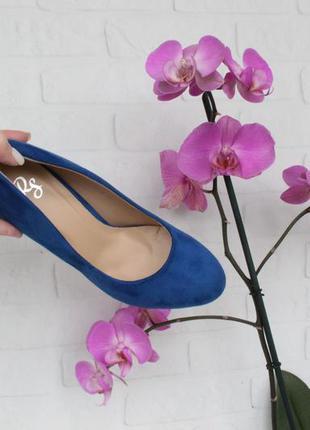 Шикарные туфли 37 размера на каблуке