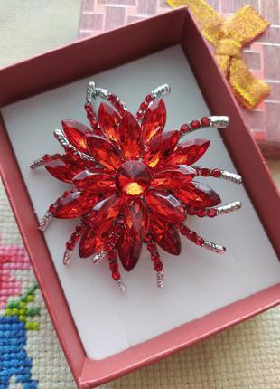 Брошь красная с кристаллами/камнями