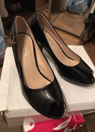 Офигенные супер открытые лаковые черные туфли
