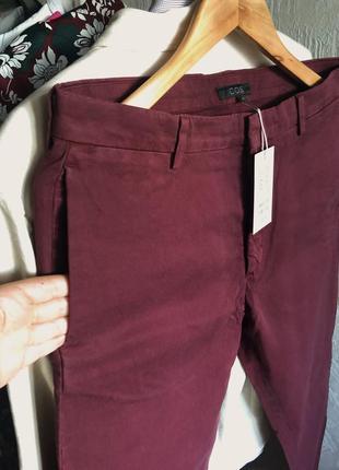 Мужские бордовые брюки чиносы cos