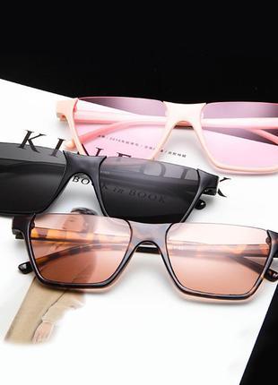Полуободковые прямоугольные черные солнцезащитные очки с серой...