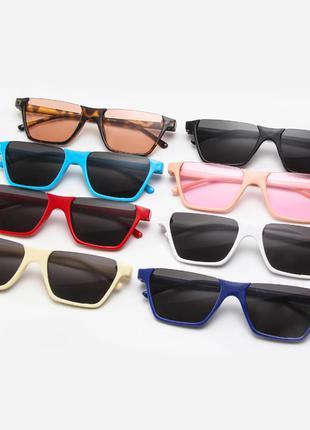 Полуободковые прямоугольные бежевые солнцезащитные очки с серо...