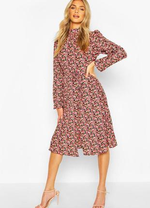 Платье в цветы с вырезом по спинке