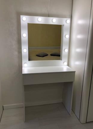 Гримерный стол с зеркалом для макияжа. Зеркало с лампочками.