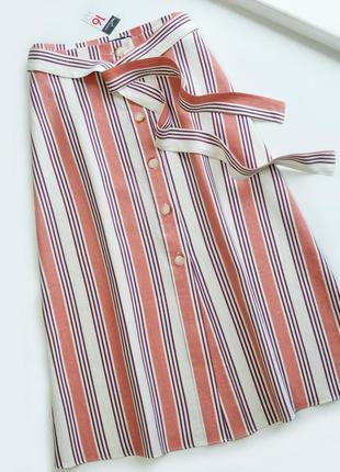 Актуальная юбка в полоску с пояском и пуговицами ниже колен лён