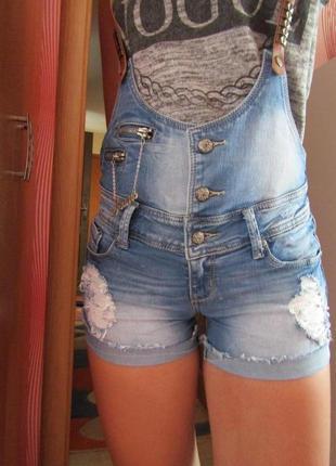 Шорты- комбинезон джинсовые.