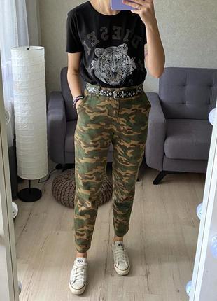 Камуфляжные джинсы с высокой посадкой asos