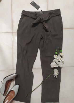 Стильные брюки  с пояском мокрый эффект