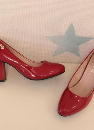 Красные туфли 36 размера на устойчивом каблуке