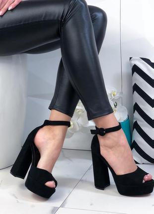 Женские босоножки на высоком каблуке замшевые