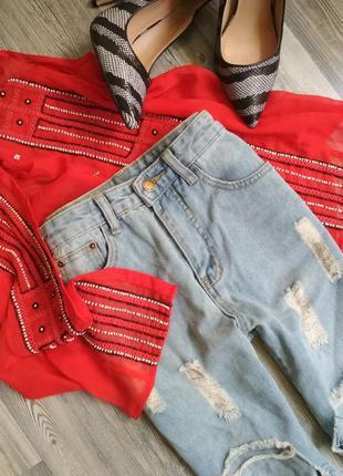 Стильные рваные джинсы мом с высокой посадкой талией