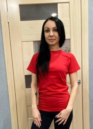 Женская футболка красная для спорта и повседневной носки , хло...