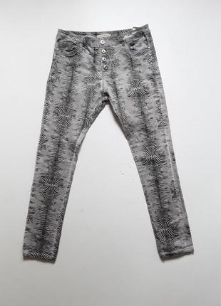 Летние джинсы с высокой посадкой в звериный принт