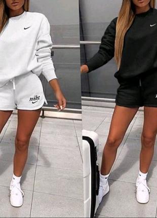 Стильный спортивный женский костюм
