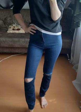 Джинсы с разрезами на коленях