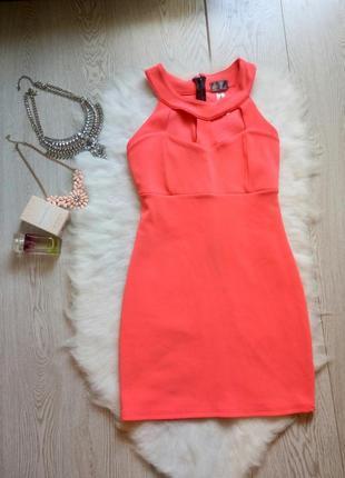 Розовое мини платье в обтяжку по фигуре с вырезами на декольте...