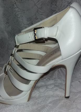 Продам босоножки женские б.у. белые на высоком каблуке размер 39