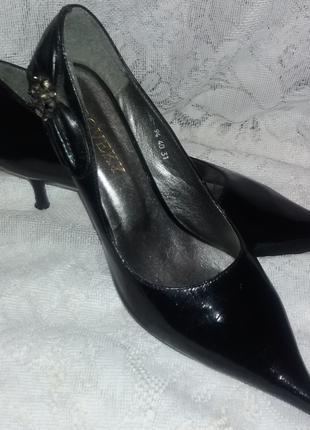 Женские б.у. черные остроносые туфли на каблуке (лак) размер 40