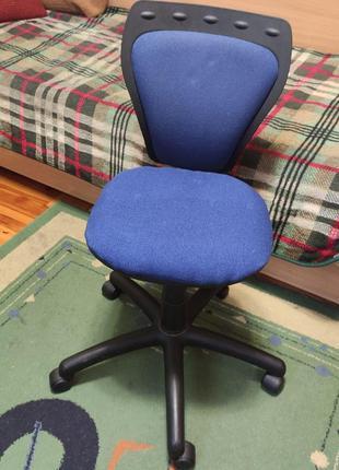 Кресло стул детский / подростковый на роликах.