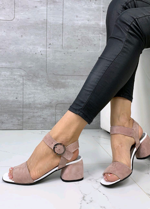 Женские замшевые босоножки на толстом каблуке