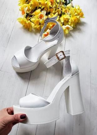 Белые женские босоножки кожаные на толстом каблуке с подошвой мег