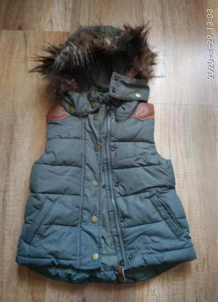 Теплая жилетка с капюшоном 104 см.