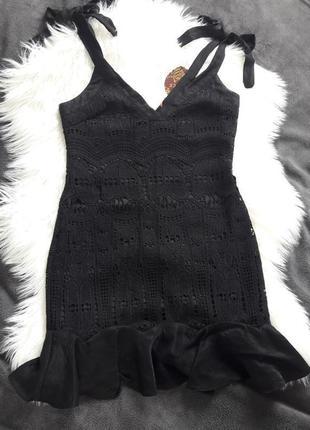 Чёрное кружевное летнее платье с воланом