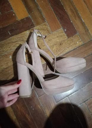 Пудровые туфли на устойчивом каблуке