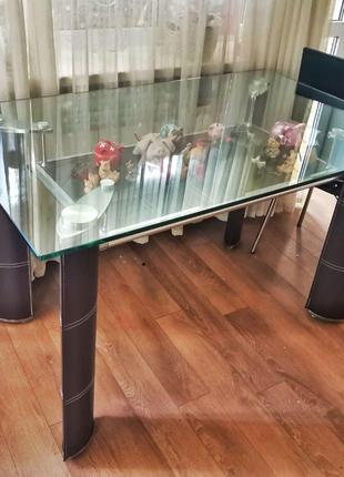 Стильный стол со стеклянной столешницей и коричневыми ножками