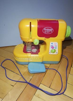 Детская игрушечная швейная машинка
