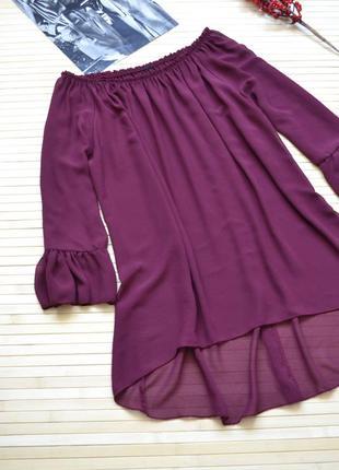Красивая блузка цвета марсала с оборками на рукавах
