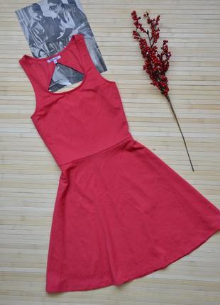 Короткое приталенное платье с красивой спинкой chicoree