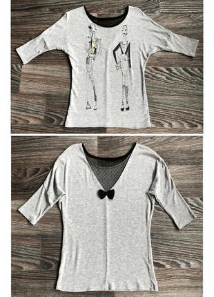 Серая футболка с черной сеткой с бантиком бант сзади с принтом...