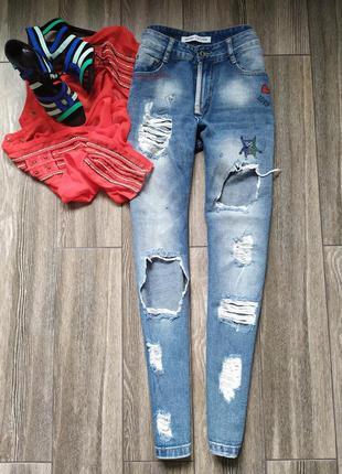 Стильные джинсы мом с высокой посадкой талией