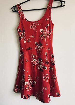Красное платье с цветами