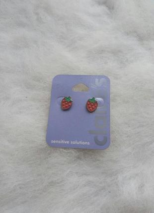 Серебристые цветные красные круглые маленькие сережки ягодками...