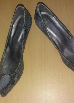 Кожаные туфли со змеиным принтом bata