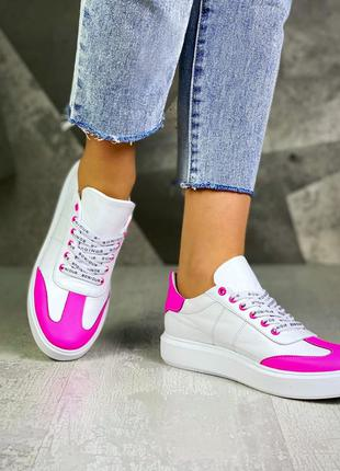 Базовые белые кеды с яркими вставками с оригинальными шнурками...