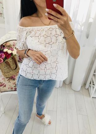 Белая блузка с открытыми плечами ришелье кружево